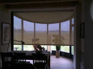 Zip-Screen im Innenbereich als Blend- und Wärmeschutz