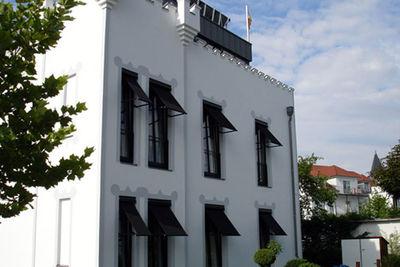 Binz, Insel Rügen - Kassetten-Fallarmmarkisen mit schwarzem Acrylstoff, Sonnen und Windgesteuerte Anlagen