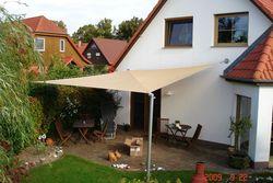 Aufrollbares Sonnensegel als Sonnenschutz für die Terrasse