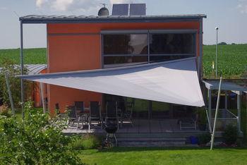 verstellbares Sonnensegel für unterschiedliche Richtung der Sonnenstrahlung